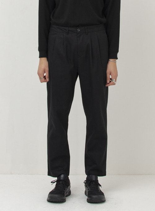 TWO PLEATED CHINO PANTS (BLACK)